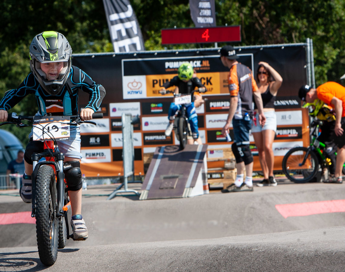 Kids aan de start op het NK Pumptrack 2019 – Foto: @Plonsracing / @pumptrack.nl